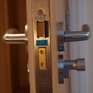 Jak dopasować drzwi wewnętrzne do wystroju mieszkania?